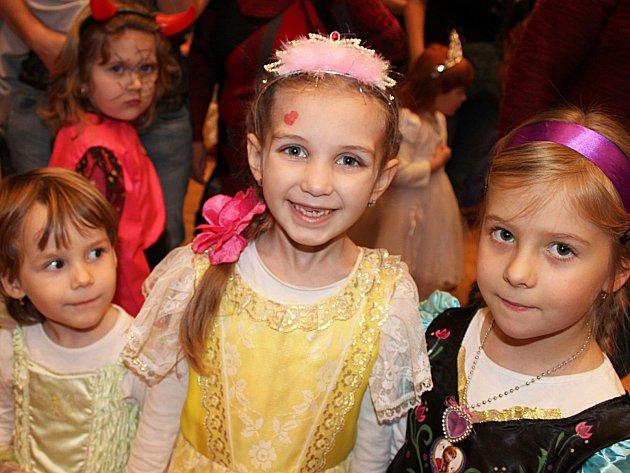 Zábava na Dětském karnevalu v Ivanovicích na Hané se poprvé odehrávala pod taktovkou vyškovského střediska volného času Maják.