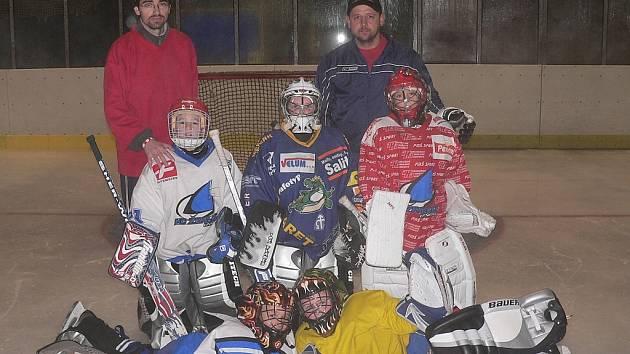 Kromě výuky hokeje a krasobruslení trénuje Městský bruslařský klub i budoucí gólmany. Karel Gamba (vlevo v červeném) pomáhá s přípravou malých brankařů koučovi Pavlu Nešťákovi (na snímku vpravo).
