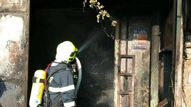Vyjeli k požáru náklaďáku, nakonec ale hasili přístavek. Tři hasičské jednotky zaměstnal v sobotu po třetí hodině odpoledne požár v ulici Tržiště ve Vyškově.