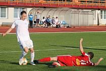 V utkání 26. kola Moravskoslezské ligy zvítězili fotbalisté MFK Vyškov (bílé dresy) nad FC Velké Meziříčí 5:1.