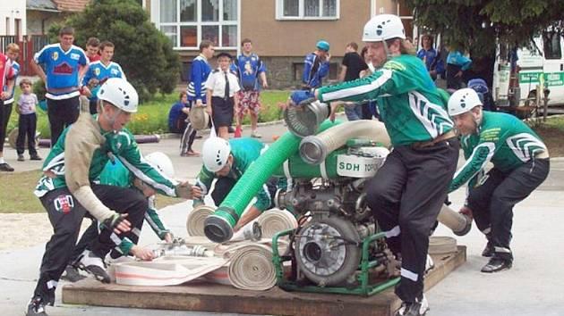 JAKO O ŽIVOT. Dobrovolní hasiči z Topolan se věnují hlavně požárnímu sportu. Letos budou bojovat o první místo v klání Velká cena okresu Vyškov.