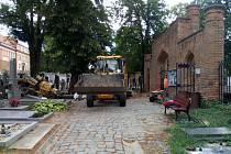 Technika vjela na bučovický hřbitov. Začaly opravy, za které městská pokladna zaplatí víc než dva miliony korun .