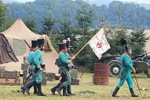 Sobotní vojenský den v Kučerově nabídl návštěvníkům nejen možnost pozorovat v akci vojenskou techniku z různého období ale také si některou z nich vyzkoušet. Třeba střelbu z muškety.