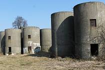 Staré silážní věže v Lysovicích už roky nikdo nepoužívá. Jedna obsahuje kontaminovanou vodu. Hrají si v nich děti.
