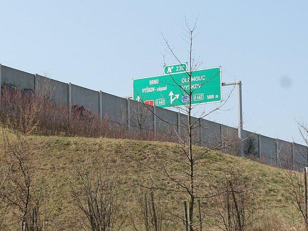 Topolany od dálnice odděluje protihluková stěna. Ta však do obce odráží zvuk z železnice.