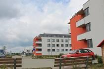 Dva bytové domy s celkem padesáti bytovými jednotkami a sedmnáct rodinných domů na Zelnicích už je zkolaudovaných a prodaných.