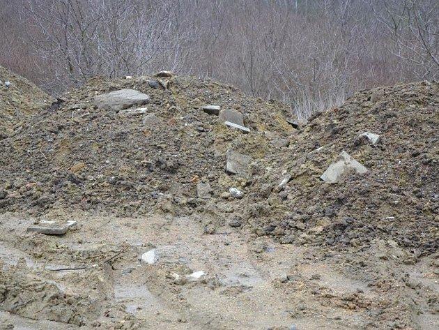 Do bývalé pískovny v Němčanech někdo navezl suť, aby se situace neopakovala obec udělala opatření.