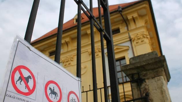 Někteří pejskaři ve Slavkově u Brna kritizují vyhlášku zámku, kterou nedávno vydal. Zakazuje jim venčit psy v parku. Vedení památky argumentuje, že většina z nich po svých mazlíčcích neuklízela exkrementy.