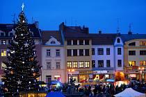 Náměstí ve Vyškově zdobí vánoční strom i betlém z dílny Tomiše Zedníka.