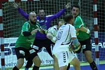Házenkáři Zubří (zelené dresy) v 1. kole nové sezony extraligy doma remizovali s Lovosicemi 33:33.