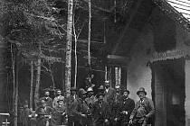 Vzácná archivní fotografie zachycuje loveckou společnost u Jandovy boudy v dnešním vojenském prostoru v roce 1898.