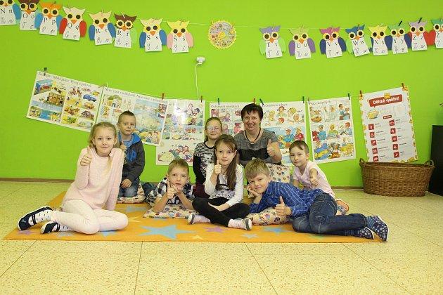 Žáci 1.třídy ze Základní školy vHeršpicích spaní ředitelkou Hanou Plachou.