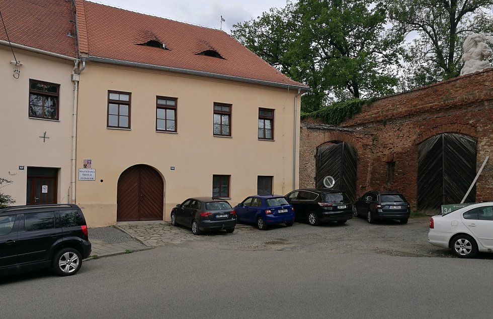 Pracoviště školky Zvídálek u zámecké zdi.