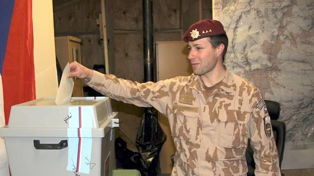 Vojáci v Afghánistánu vhodili svůj hlas do uren ve druhém kole přímé prezidentské volby.