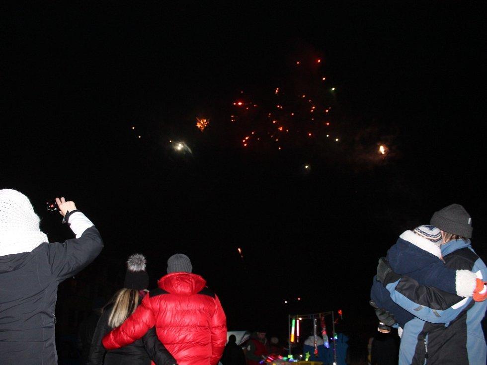 Novoroční ohňostroj ve Vyškově sledovalo ve čtvrtek zcela zaplněné Masarykovo náměstí.