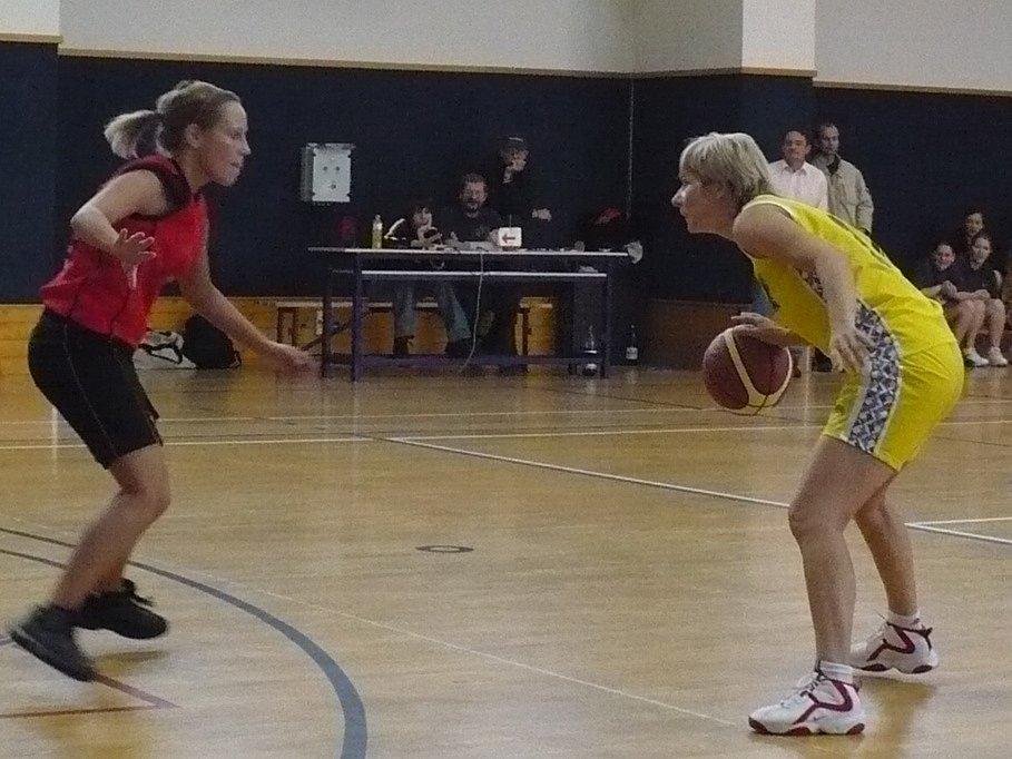Vyškovská basketbalistka Zuzana Ševčíková (vpravo) se spolu se svými kolegyněmi zítra pokusí udolat družstvo Uherského Brodu.