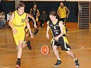 V oblastním přeboru II. třídy basketbalistů porazil BK Vyškov (v černých dresech) TJ Znojmo  78:51.