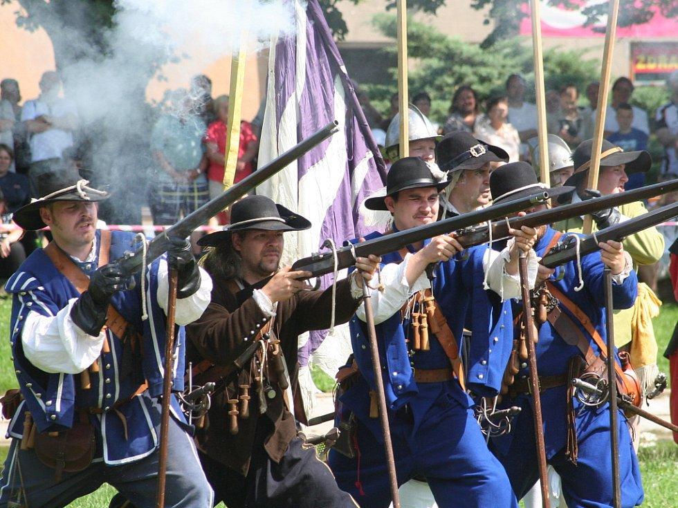 ILUSTRAČNÍ FOTO: Rekonstrukce bitvy z roku 1645, kdy se švédské vojsko marně snažilo dobýt zámek