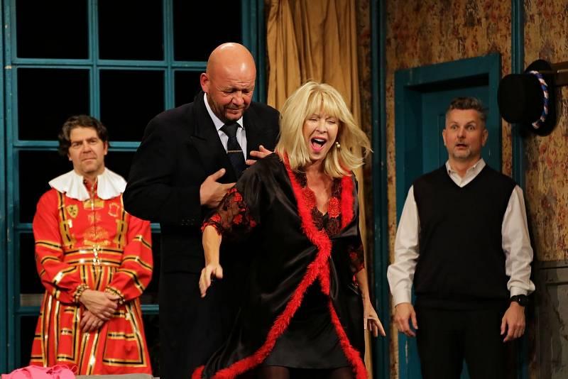 Herci Divadla Háta bavili Vyškov svižnou komedií s názvem Vztahy na úrovni.
