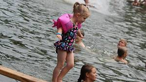 Pády do vody i radost. Ke zdolání Lulečské lávky vyhrávala tříleté dívce ABBA