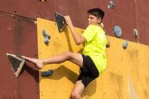 Na krychlové dřevěné konstrukci v areálu základní školy pořádají lezci pravidelné soutěže.