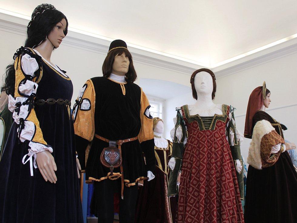 Výstava v Muzeum Vyškovska představuje průřez historií odívání šlechty. Některé šaty si můžou děti i dospělí vyzkoušet.