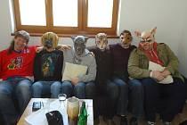 """Členové la Bande někdy hrávají i ve zvířecích maskách. """"Nebereme se vážně a tohle je parodie na kapely, které hrávají v různých hororových msakách. Vydržet se v tom dají ale jen asi dvě písničky,"""" říká bubeník Karel Urban."""