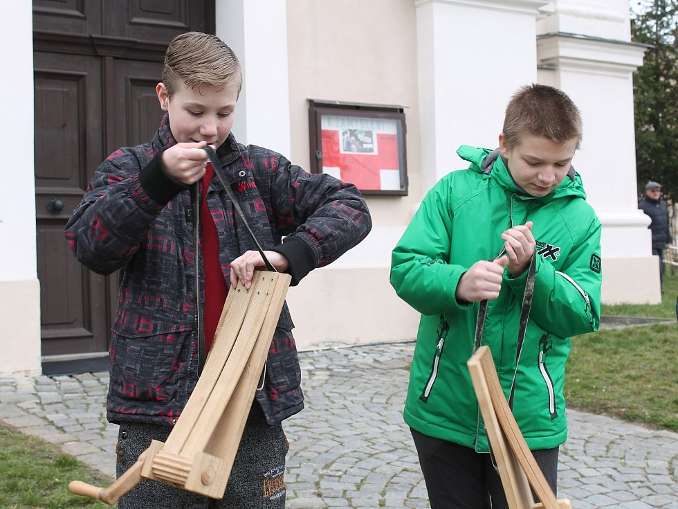 Kostelní zvony, které podle církevní tradice odletěly do Říma, utichly a nahradilo je pořádně hlučné hrkání. Po deseti letech znovu i v Dědicích.