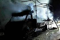 Čtyři jednotky hasičů vyjížděly ve čtvrtek o půl šesté ráno k požáru na dálnici D1. Na 214. kilometru nedaleko Rousínova začalo hořet nákladní auto převážející pneumatiky.