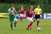 Na snímku z posledního utkání v Brně-Bystrci uniká Sigmund (v červeném) obránci Dosty Jiráskovi.