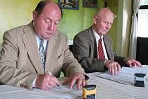Starosta obce Tvarožná František Kopecký (vpravo) a Prace Josef Brzobohatý podepisují smlouvu o vzniku sdružení Slavkovské bojiště - Austerlitz.