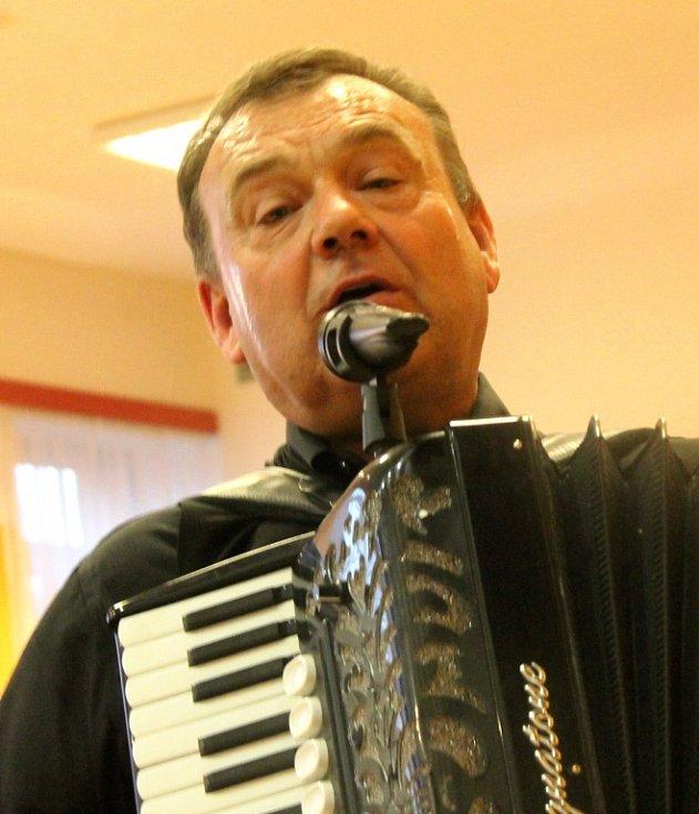 Druhý ročník Babymňamu, který se v sobotu odehrával v Kozlanech, byl zaměřený na pomazánky. Nechyběl ani doprovodný program. K tanci a poslechu hráli Vraníci, přijely i tanečnice z N-Yoj! z Bučovic.