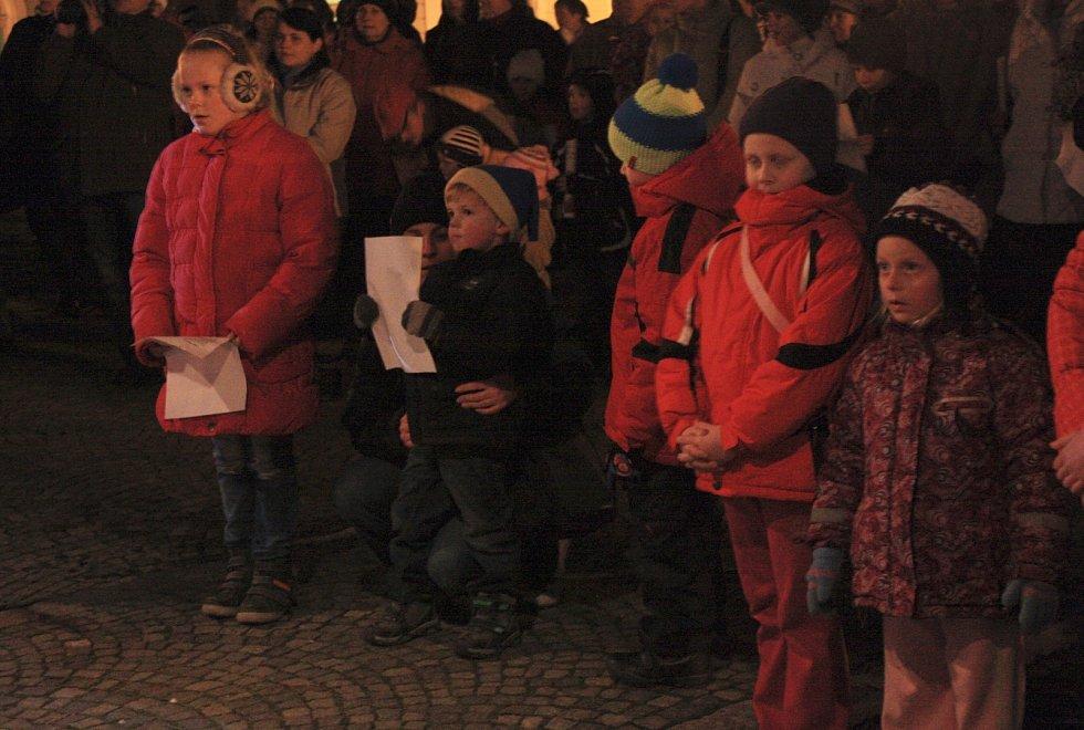 Ke zpěvu se sešli v rámci adventní akce Česko zpívá koledy s regionálním Deníkem take v Bučovicíh na náměstí. Zpěváci nacvičili písně navíc.