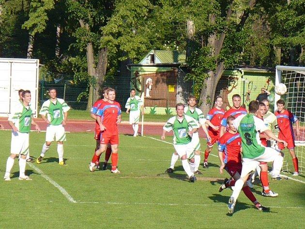 TĚSNÁ OBRANA. Problémy domácím fotbalistům v neděli dělal snad jen rychlý rousínovský Horváth (v zeleném). Vyškovští ale ho i ostatní uhlídali a připsali si třinácté vítězství v sezoně.