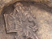 Kostra ženy s dítětem z doby bronzové