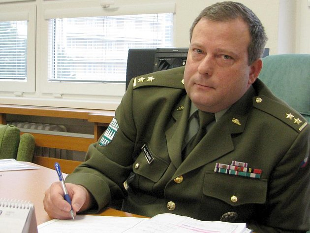 Podplukovníka Radka Malaníka ve funkci přednosty baví především organizace, zařizování a práce s lidmi. Naopak nerad přechází od nedodělaného úkolu k dalšímu.