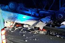 Řidič najel na krajnici, dodávka narazila do svodidel, přepadla přes ně a zůstala na střeše. Takový scénář měla nehoda, která se stala v noci na pátek na dálnici D1 u Velešovic.