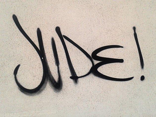 Nápis na zdi v ulici 9. května ve Vyškově.