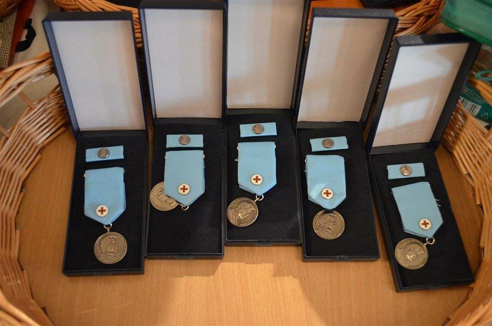 Tradiční slavnostní ocenění v sále Besedního domu se letos neuskuteční. Dárci si medaile po upozornění převezmou jednotlivě.