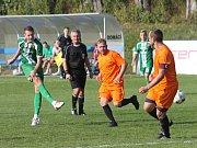V předehrávce 15. kola krajského přeboru fotbalistů bylo na pořadu okresní derby. Tatran Rousínov (v zeleném) v něm doma porazil FC Bučovice 3:0.