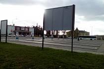 """Na vyškovském autobusovém nádraží je prázdno. Dispečerka na informacích ale má napilno. """"Od úterka nestíhám zvedat telefony. Lidé stále volají a ptají se, co jim pojede,"""" sdělila."""
