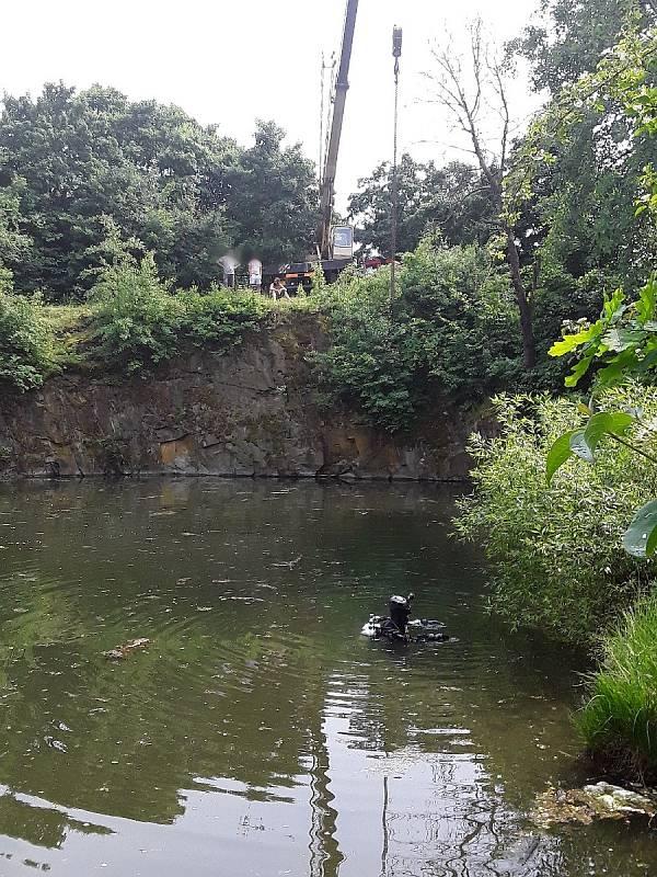 Terénní auto sjelo do lomu. Z vody ho vytahoval jeřáb.