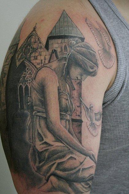 Zručný tatér dokáže na kůži vytvářet skutečná umělecká díla.