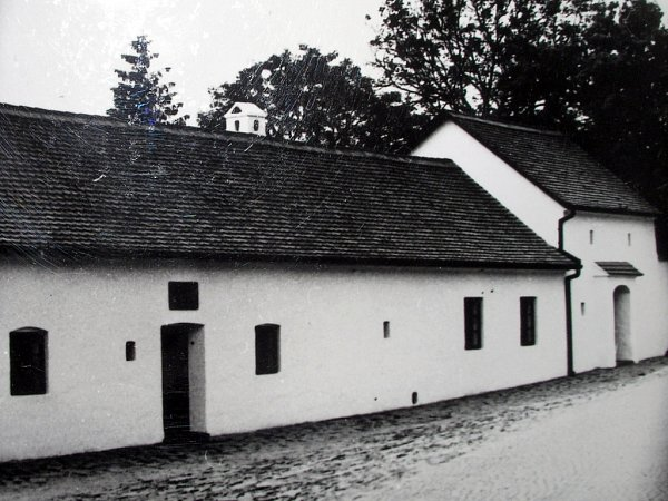 Vobdobí vlády totalitního režimu sloužil takzvaný rodný domek Klementa Gottwalda jako expozice. Historikové nicméně uvádějí, že dodnes není stoprocentně jisté, kde přesně vDědicích přišel Gottwald na svět.