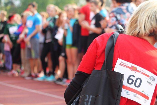 Charitativní akce Běháme srdcem se v pátek zúčastnilo pětasedmdesát tříčlenných týmů.
