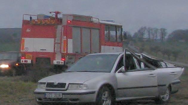 Nehoda u Manerova. Řidič nezvládl řízení a skončil v poli. Nikdo nebyl zraněný.