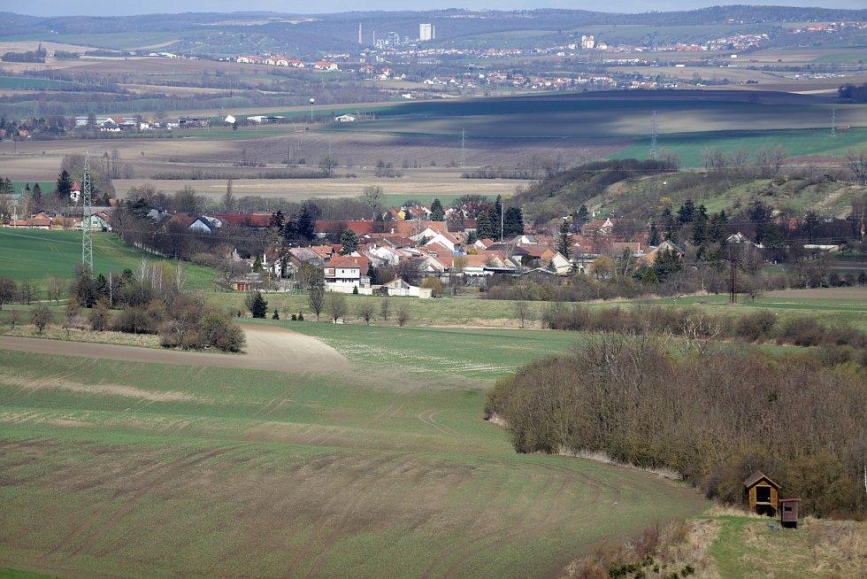 Z vrcholu skládky je vidět do obce Vážany. Na pohled je sice daleko, ale skládka se nekontrolovatelně posouvá.