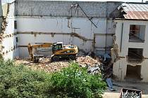Práce na budově bývalého okresního stavebního podniku ve Vyškově jsou v plném proudu. Pokračují demolicí bloku ve dvoře a změnou dispozic několika místností.