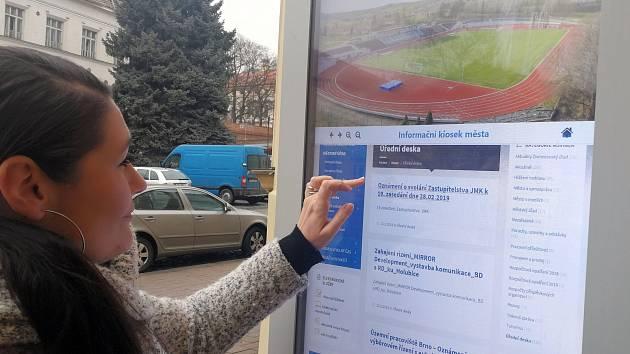 Obyvatelům i turistům ve Slavkově u Brna ulehčí orientaci nový elektronický panel.