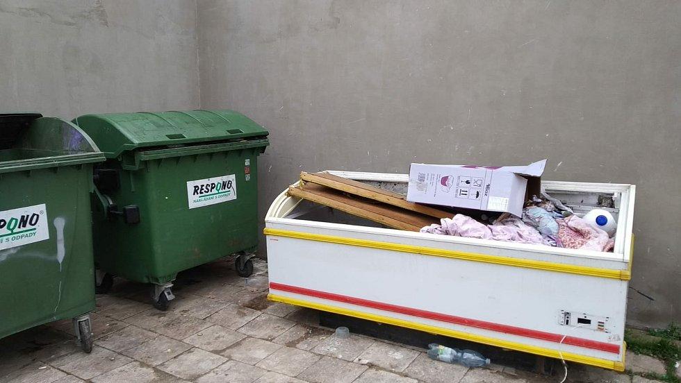 Nepořádek u kontejnerů řečí pracovníci firmy také ve Vyškově.